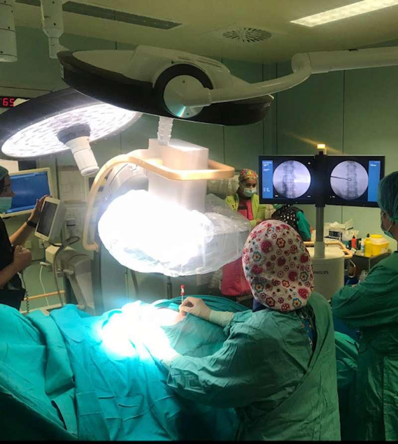 Tratamiento de hernia discal en el quirófano.