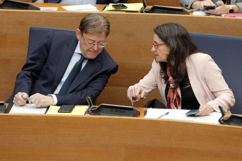El president de la Generalitat, Ximo Puig, conversa con la vicepresidenta, Mónica Oltra, durante el pleno de Les Corts Valencianes. EFE/Kai Försterling