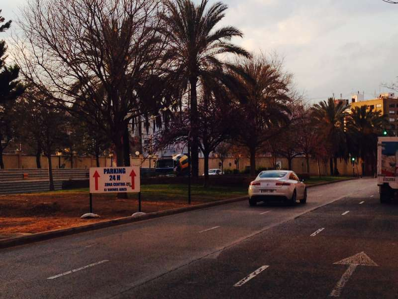 Imagen del lunes por la tarde, sin coches y con la nueva señal. FOTO EPDA