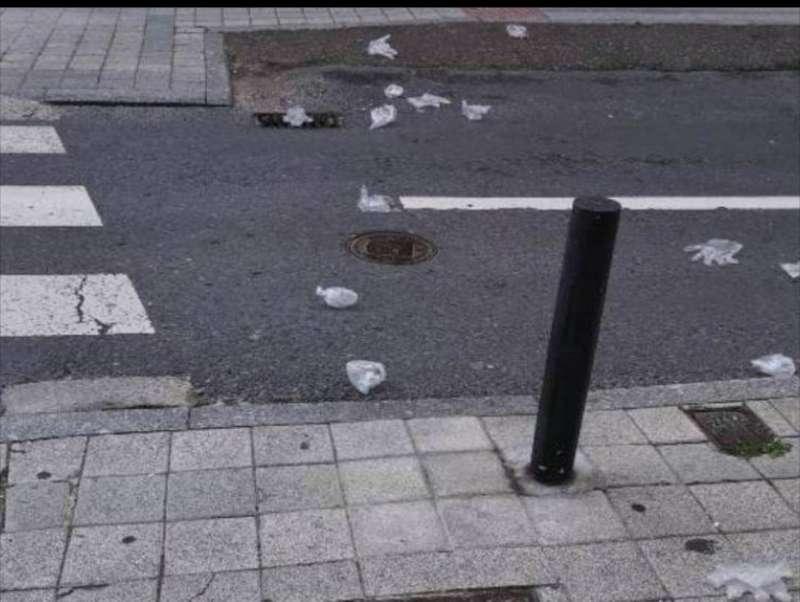 Guantes tirados en el suelo en una calle de Alboraya. EPDA