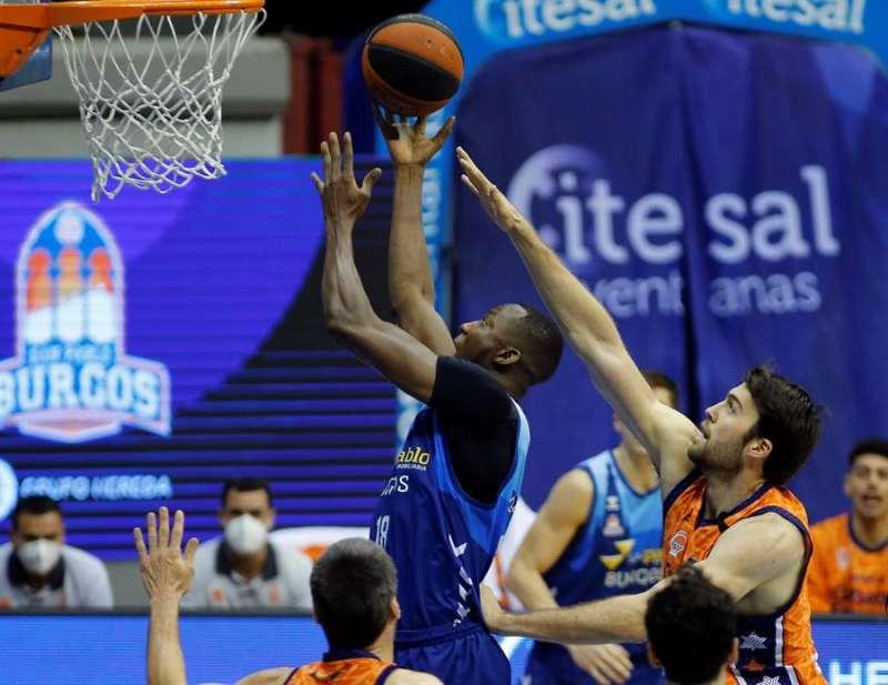 El pívot congoleño Jordan Sakho (i), del Hereda San Pablo Burgos intenta un lanzamiento ante el pívot estadounidense Mike Tobey, del Valencia Basket, durante el partido de baloncesto de la liga Endesa correspondiente a la vigésima jornada. EFE/Santi Otero