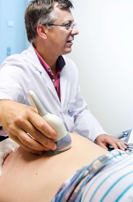Un médico realiza una ecografía