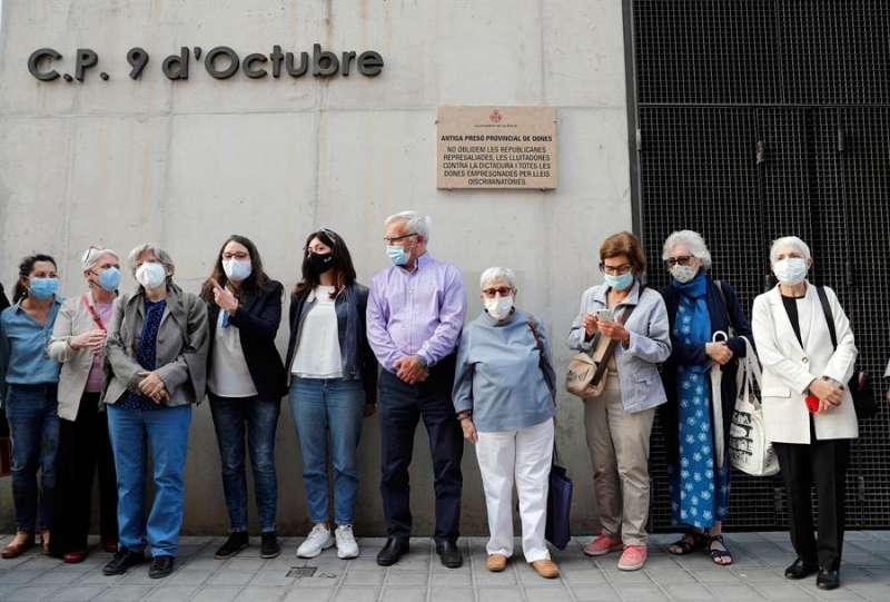 El alcalde de València, Joan Ribó, y la vicepresidenta del Consell, Mónica Oltra (4º izq) , asisten al acto. EFE/Manuel Bruque