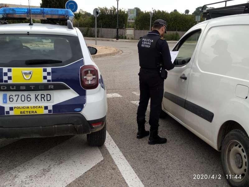 La Policía Local de Bétera realiza controles durante el confinamiento. EPDA