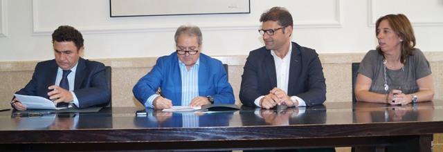 Rus firma el convenio con Chiva. FOTO: DIVAL