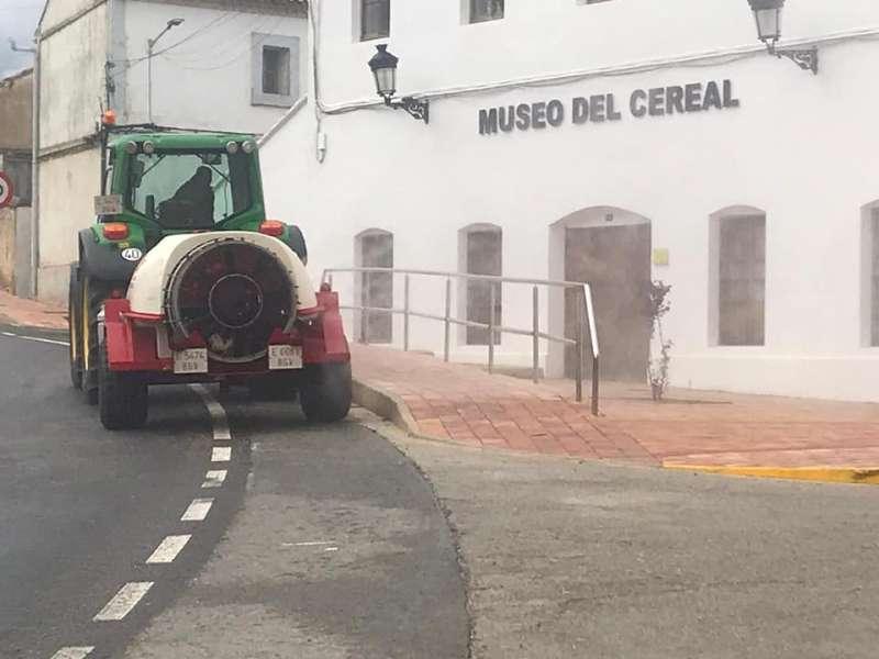 Un tractor desinfecta las calles de Sinarcas. EPDA