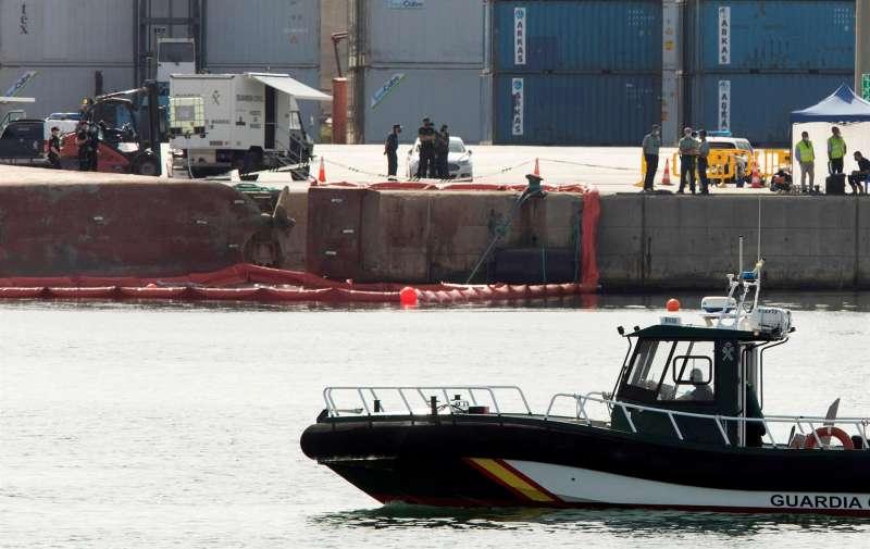 Equipos de rescate en la búsqueda del segundo de los desaparecidos tras volcar el buque Nazmuye Ana en el puerto de Castelló, un estibador de 36 años. EFE