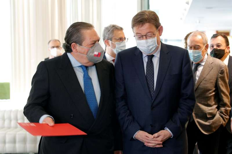 El president Puig (d) junto al presidente de la Asociación Valenciana de Empresarios, (AVE) Vicente Boluda (i) momentos antes del almuerzo que tiene lugar hoy en Valencia.