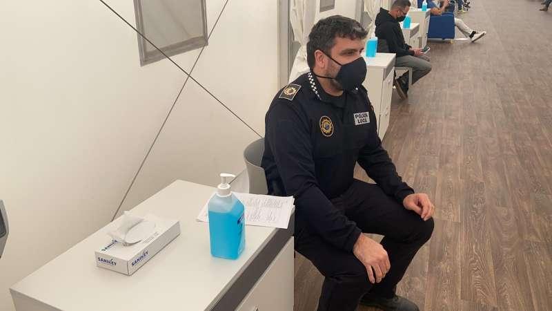 Un policia vacunat a Paiporta. EPDA