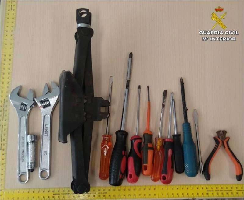 Imagen facilitada por la Guardia Civil de los objetos incautados a los detenidos.