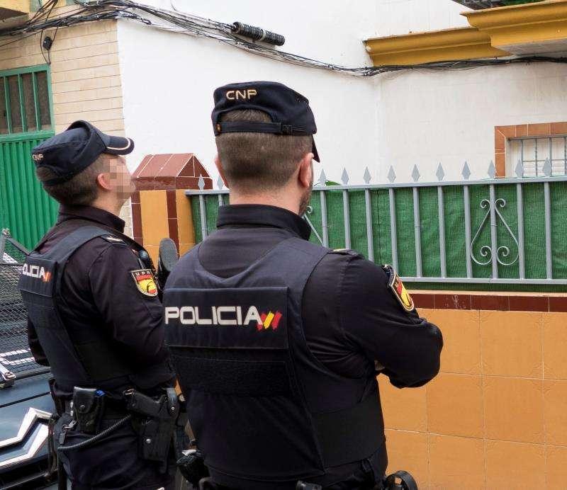 Imagen de archivo de dos agentes de la Policía Nacional. EPDA