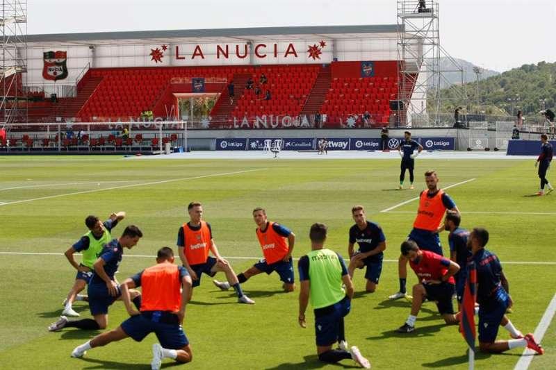 Los jugadores del Levante durante un entrenamiento en el Estadio Olímpico Camilo Cano en La Nucía. EFE/ Archivo