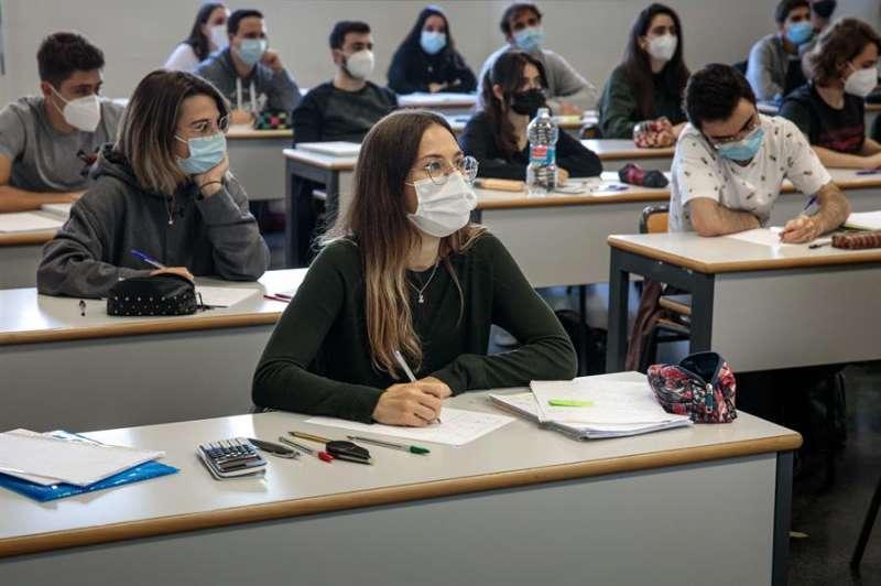 Alumnos de la escuela de Industriales de la Universidad Politécnica de Valencia durante el retorno, este lunes. EFE