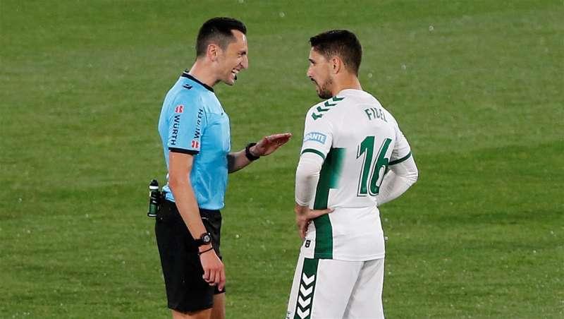 El jugador del Elche Fidel Chaves dialoga con un árbitro en un encuentro reciente de su equipo. EFE