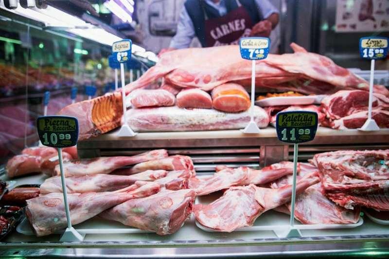 Productos cárnicos son expuestos en una tienda del mercado. EFE/Archivo