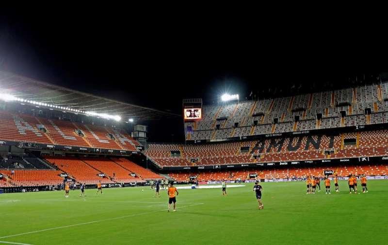 Calentamiento de los jugadores en un campo vacío de Mestalla antes del partido de la primera jornada de Liga en Primera División. EFE