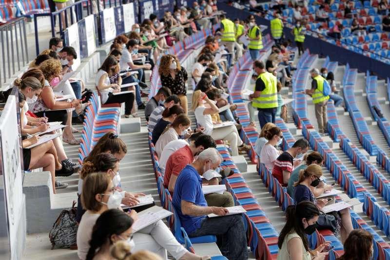 Estudiantes en el estadio Ciutat de València . EFE