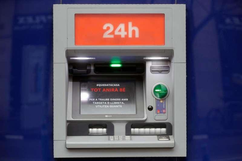 Imagen de archivo de un cajero automático en València.EFE/Kai Försterling/Archivo