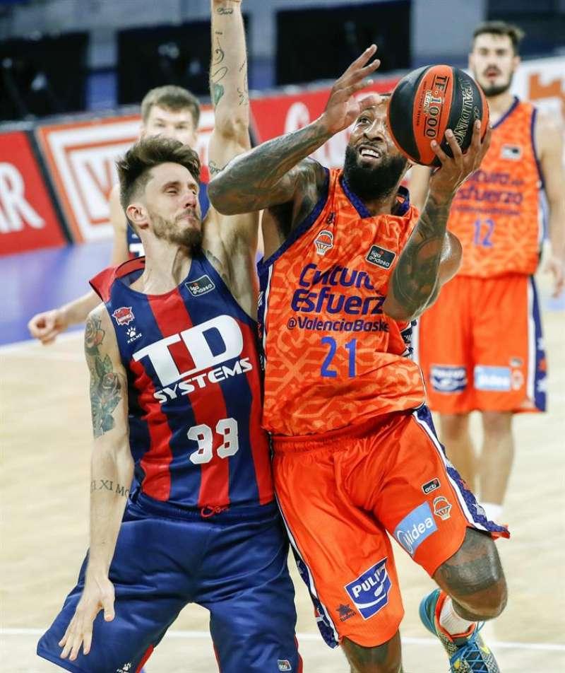 El pívot italiano del TD Systems Baskonia Acchile Polonara (izda), y el alero estadounidense del Valencia Basket Derrick Williams. EFE