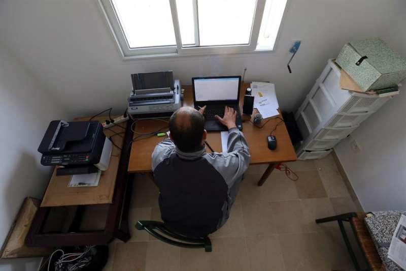 Una persona en su puesto de trabajo desde casa. EFE