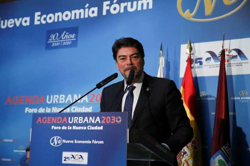 El alcalde de Alicante, Luís Barcala, durante su intervención en el Foro Nueva Economía en Madrid este lunes. EFE/David Fernández