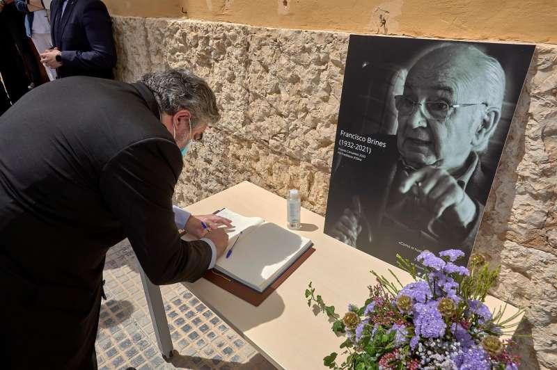 El ministro de Cultura y Deportes firma en el libro de condolencias en la capilla ardiente. EPDA