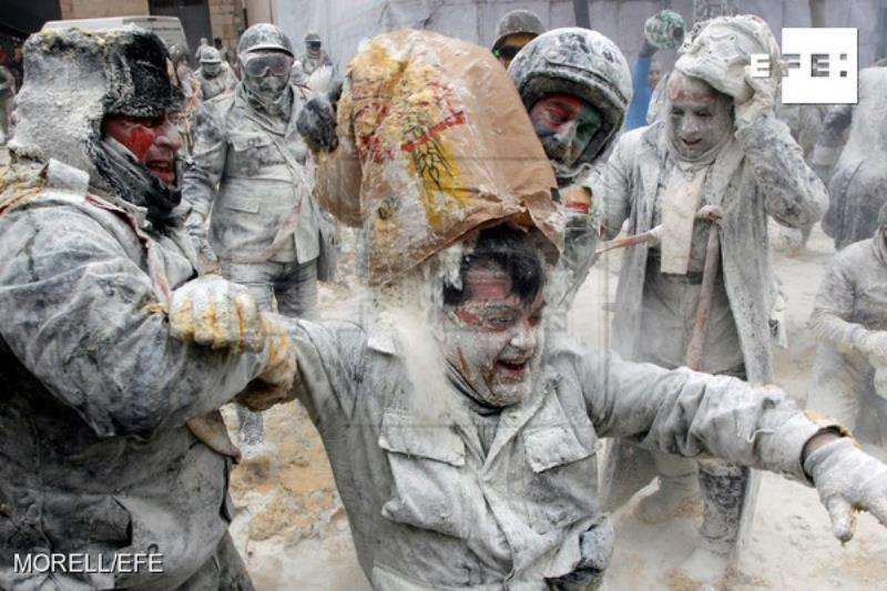 El municipio alicantino de Ibi celebra una de las jornadas más peculiares de sus fiestas de invierno en la que un grupo de personas,