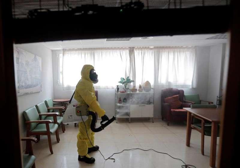 Un miembro del equipo GIETMA (Grupo de Intervención en Emergencias Tecnológicas y Medioambientales) de la UME (Unidad Militar de Emergencias)realiza labores de desinfección en una residencia de ancianos. EFE/Kai Försterling/Archivo