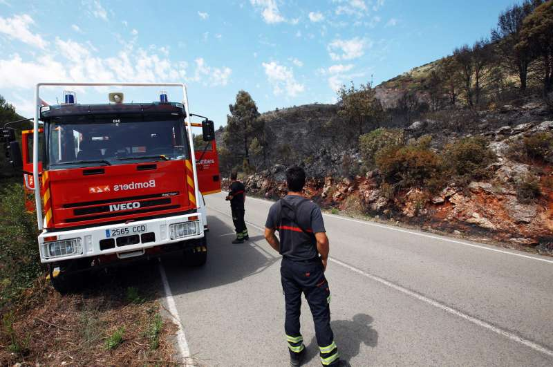 Varios bomberos realizan labores de vigilancia.