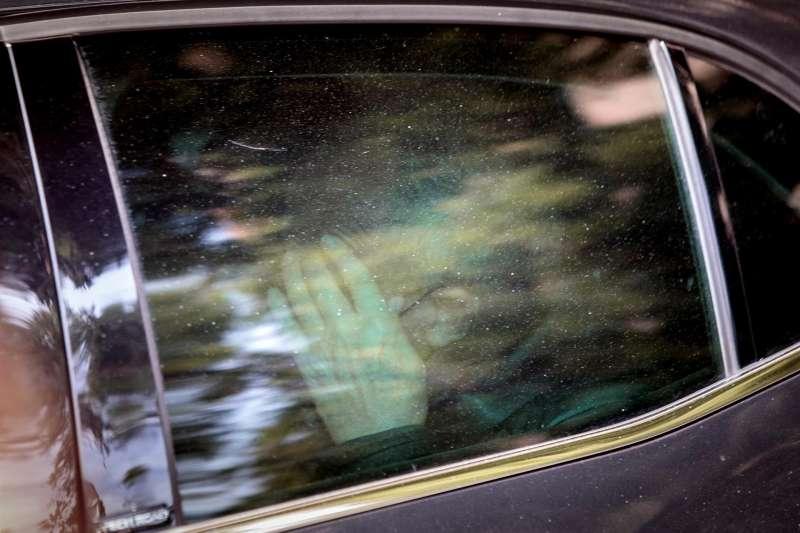 El exsubdelegado del Gobierno en Valencia, Rafael Rubio, a su salida en un coche policial tras el registro efectuado en su domicilio por agentes de la UCO. EFE/Biel Aliño/Archivo