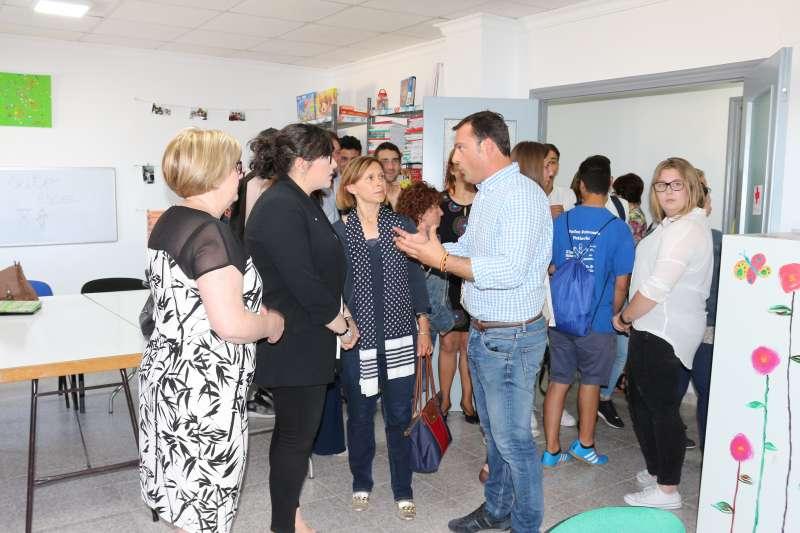 El alcalde de Peñíscola y la concejala de Bienestar Social con miembros de CRE del municipio en el nuevo local.