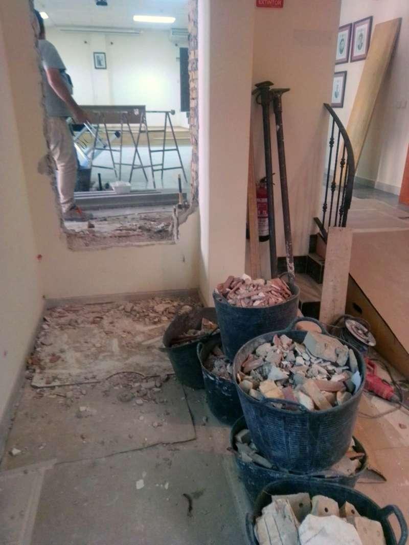 Nuevo acceso al salón en obras