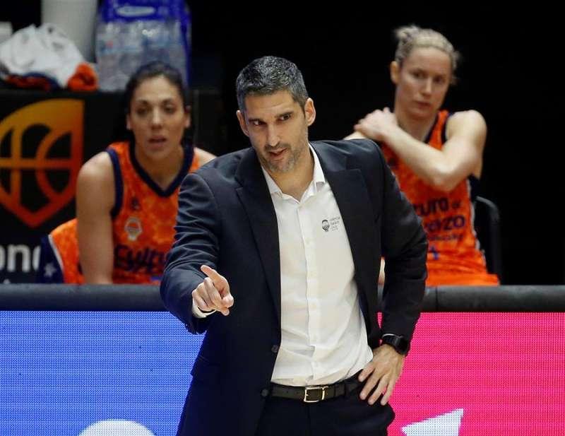 El entrenador de Valencia Basket, Rubén Burgos, da indicaciones a sus jugadoras desde la banda. EFE