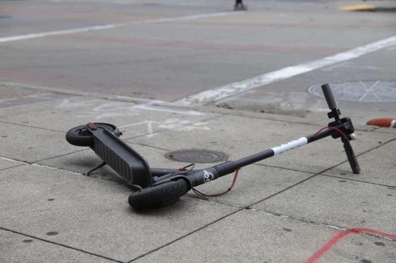 Imagen de archivo de un patinete tras una colisión