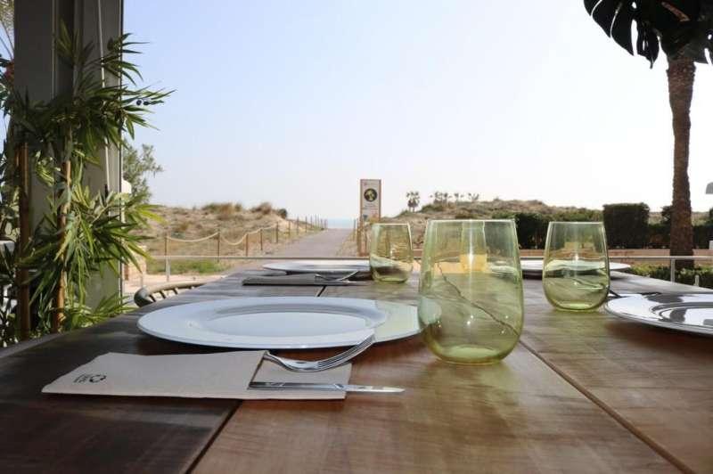 Comiendo frente al paseo y el mar. EPDA