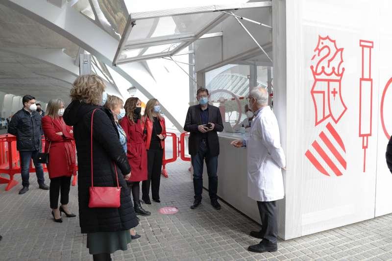 El President de la Generalitat ha visitado el punto de vacunación masiva de València, situado en la Ciutat de les Arts i les Ciències. / GVA