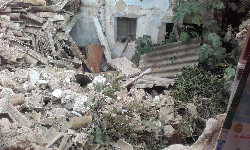 Tres viviendas de Chiva sufren derrumbe parcial tras caer el forjado de una. Imagen cedida por el Consorcio de Bomberos del derrumbe de una de las casas de Chiva.