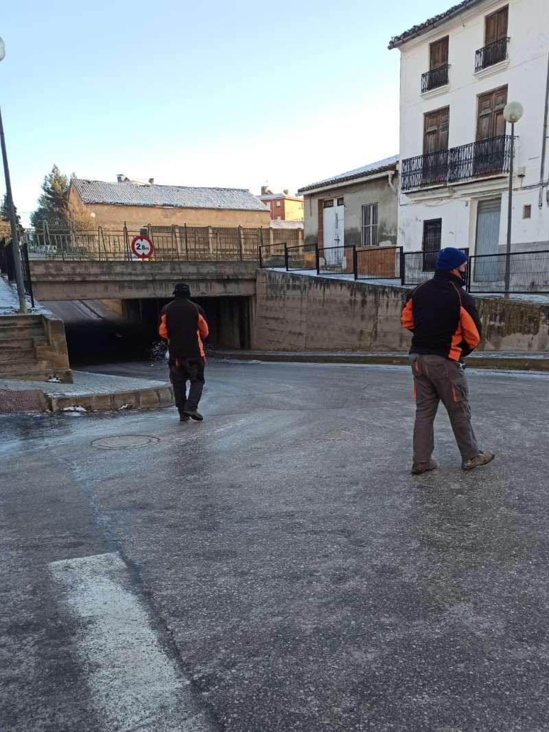 Brigadas de Utiel esparciendo sal tras el temporal de nieve