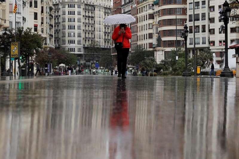 Una persona se protege con un paraguas de la lluvia, en una imagen de archivo.