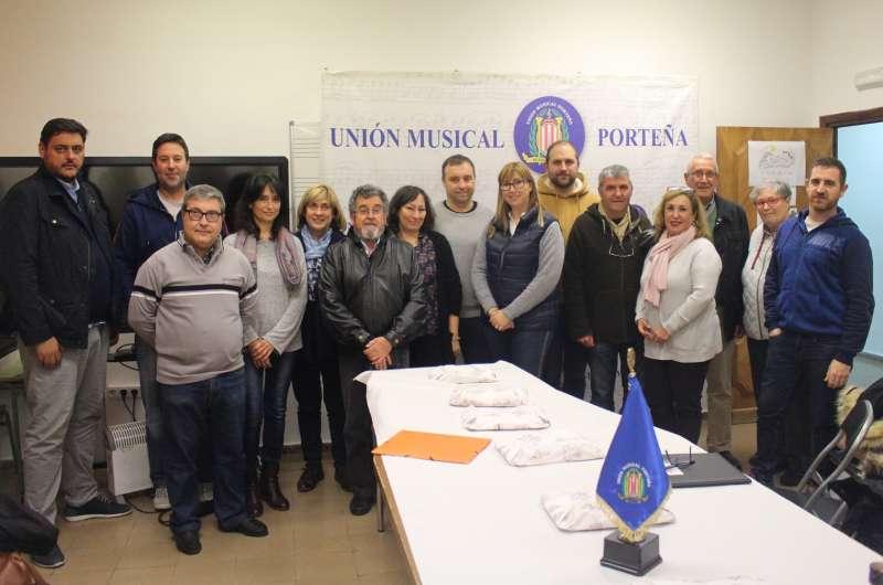 Representantes de las doce sociedades comarcales, junto a Fina Gómez en la sede de la Sociedad Musical UMP. epda