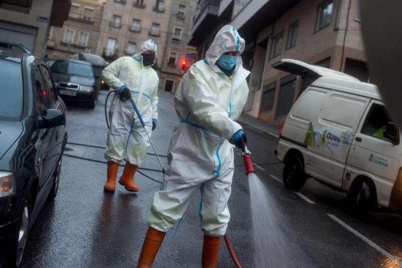 Operarios municipales realizan labores de desinfección en una calle. EFE/ Brais Lorenzo