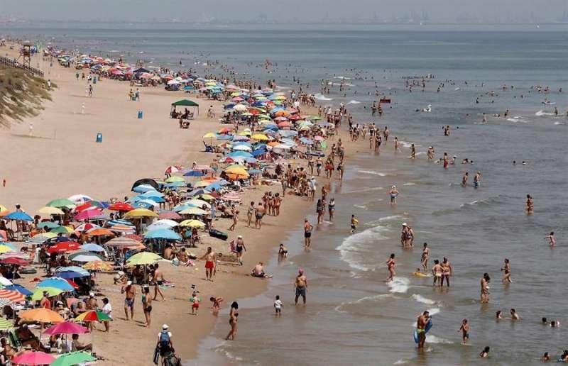 Decenas de personas en la playa de la localidad valenciana de Cullera. EFE