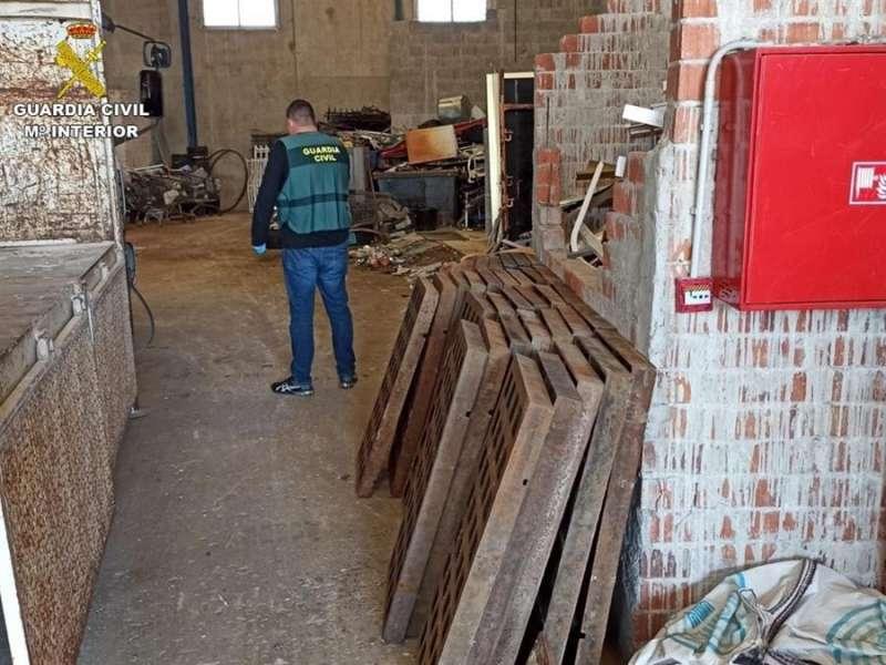 Parte de las trapas de desagüe recuperadas, en una imagen de la Guardia Civil. EPDA