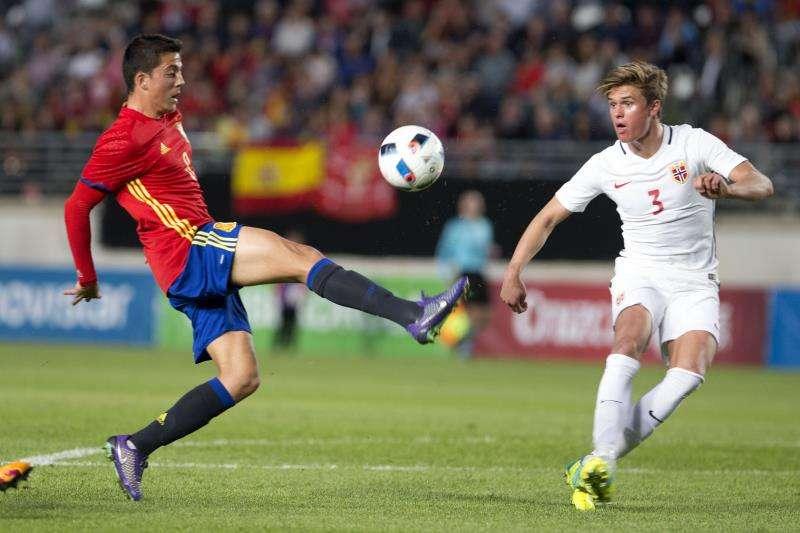 El centrocampista del Villarreal, Pablo Fornals (i), controla el balón ante el jugador de la selección noruega, Utvik (d), durante un partido amistoso de la selección española de fútbol Sub-21 . EFE/Archivo
