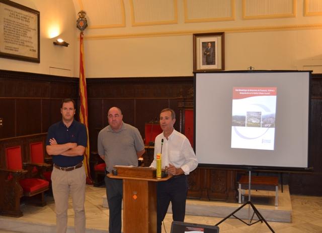 El concejal de Presidencia del Ayuntamiento de Sagunto, el jefe del parque de bomberos y el Presidente del Consell Agrari Local. FOTO: EPDA