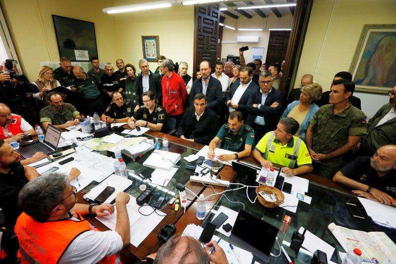 El presidente del Gobierno, Pedro Sánchez (c), visita el puesto de mando de los servicios de rescate en Orihuela (Alicante). EFE/ Manuel Lorenzo