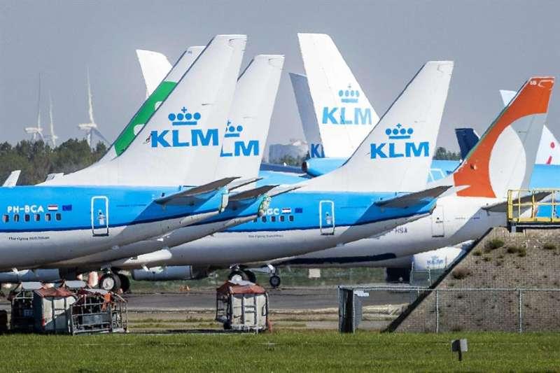 Aeronaves de KLM en un aeropuerto. EFE/EPA/REMKO DE WAAL/Archivo