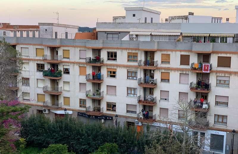 Los vecinos de la calle Alicante esperando las 19:45