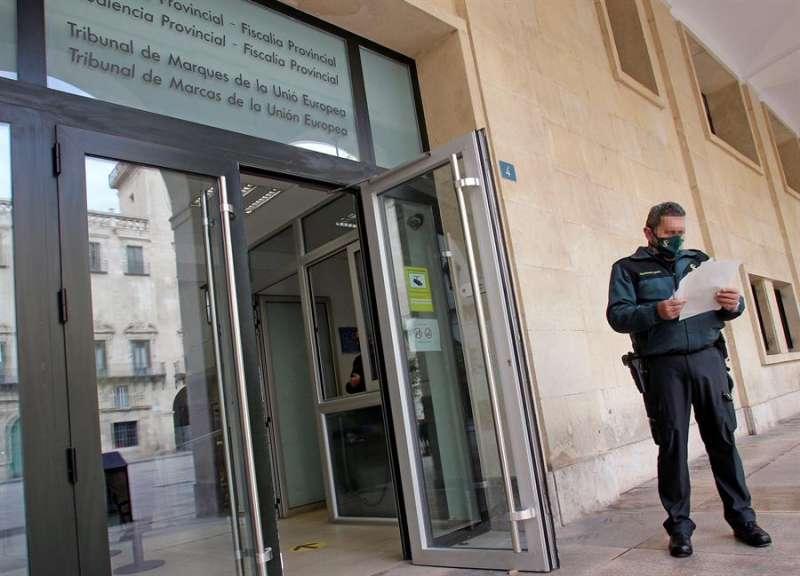 Entrada principal de la Audiencia Provincial de Alicante. EFE
