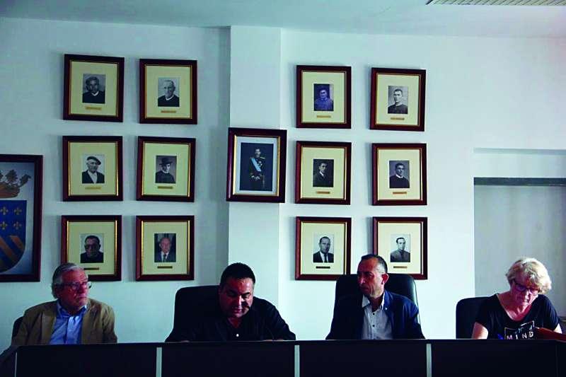 El alcalde (segundo de izquierda a derecha) en un acto institucional. EPDA